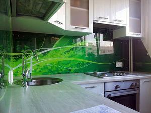 Фартук для кухни сможет быть керамическим, пластиковым или из стекла