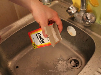 Прочистить засор на кухне содой и уксусом